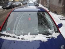 Śnieg osunął się na samochód