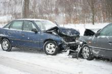 Opel uderzył w Nissana. Trzy osoby w szpitalu