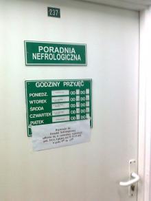 Zamknięte poradnie w szpitalu, pacjenci na lodzie
