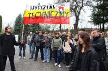 Klepsydry i marsz studentów w obronie wydziału
