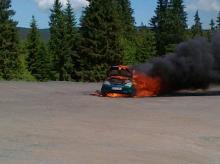 Mercedes zapalił się obok stacji benzynowej