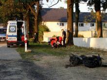 Motocyklista uderzył w drzewo