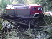 Wóz strażacki zawisł nad skarpą