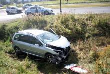 Uderzyła w auto, staranowała znak i wjechała do rowu
