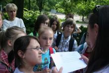 Część uczniów zamiast pilnie notować, wolała tablicom pamiątkowym robić zdjęcia
