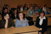 Prof. Elżbieta Sobczak (z prawej) ze studentami zarządzania.
