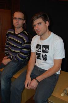 """""""Miedzianka"""" jest przedstawieniem dyplomowym Tomasza Fijały (na zdjęciu z lewej, obok dramaturga Tomasza Cymermana)."""