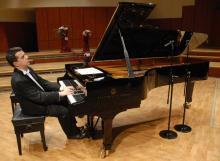 Słynne utwory G. Gershwina wspólnie z jeleniogórską orkiestrą zagra znakomity pianista Zbigniew Raubo.