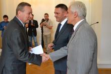 Burmistrz Mirska Andrzej Jasiński odbiera promesę na 250 tysięcy złotych. Fot. UMWD