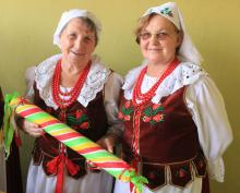 """Anna Wiśniewska (z lewej) z Henrykowa z """"kawalerskim losem"""""""