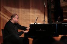 Wspólnie z jeleniogórską orkiestrą wystąpi znakomity pianista, Maciej Grzybowski.