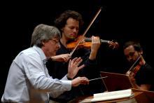 Koncert batutą poprowadzi Jerzy Swoboda, w roli solisty wystąpi natomiast świetny skrzypek Mariusz Patyra.