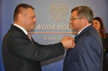 Wojewoda dolnośląski Tomasz Smolarz (po lewej) odznacza Kazimierza Lewaszkiewicza. Fot. DUW