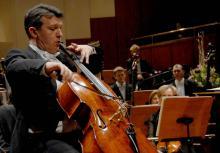 Jednym z solistów, którzy zagrają z jeleniogórskimi filharmonikami będzie Tomasz Strahl