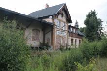 Zarośnięte tory na stacji PKP w Miłkowie.