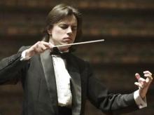 W czwartek jeleniogórska orkiestra zagra pod batutą młodego, 24-letniego dyrygenta - Dawida Runtza.