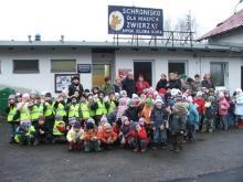 Przedszkolaki pomagają schronisku