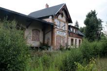 Zarośnięty peron na stacji w Miłkowie.