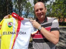 """Koszulkę jeleniogórskiego rowerzysty prezentuje Zbigniew Leszek """"Bicykl"""", pomysłodawca ich wykonania."""