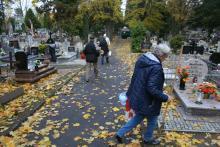 Ruch na cmentarzach: sprzątasz sam... albo płacisz