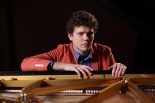 Szymon Nehring wspólnie z jeleniogórską orkiestrą zagra III Koncert fortepianowy d-moll S. Rachmaninowa. Fot. Piotr Markowski