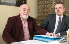 Stanisław Kańczukowski i Mariusz Gierus - przewodniczący i sekretarz społecznego komitetu budowy pomnika.