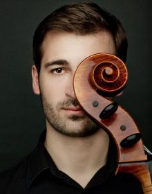 Jako solista wspólnie z jeleniogorską orkiestrą wystąpi wiolonczelista Krzysztof Karpeta