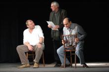 W znakomitym spektaklu występują: Andrzej Grabowski, Mikołaj Grabowski i Jan Peszek
