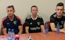 Trener Marek Siatrak (po lewej) zapowiada, że jego zawodnicy od pierwszych minut zaatakują rywala.