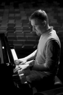 Jako solista wspólnie z jeleniogórska orkiestrą zagra pianista Stefan Gąsieniec.