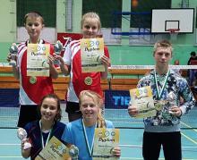 Szybkie gry badmintonistów Chojnika