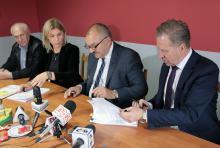 Prezes JSM Mirosław Garbowski (po prawej) i marszałek Cezary Przybylski podpisali umowę.