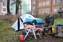 Mieszka w namiocie na miejskim skwerku
