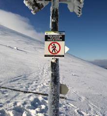 Groźne nawisy śnieżne – zamknięty szlak