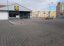 Większość parkingów przed marketami świeci pustkami.