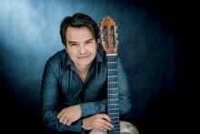 Wspólnie z jeleniogórskimi filharmonikami wystąpi gitarzysta Krzysztof Pełech