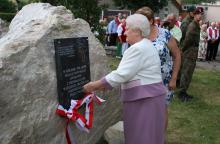 Pani Stanisława odsłoniła tablicę pamięci Polaków poległych za wolność i niepodległość.
