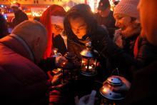 Betlejemskie Światło Pokoju z życzeniami na święta