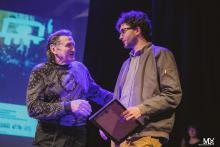 """Nagrodę za najlepszy film fabularny  dla Jakuba Piątka za film """"Users"""" wręczył Krzysztof Majchrzak."""