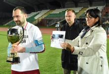 Puchar i czek za zwycięstwo w okręgu odebrał kapitan Lotnika Krzysztof Białkowski