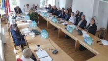 Kadr z relacji online z sesji rady powiatu lwóweckiego