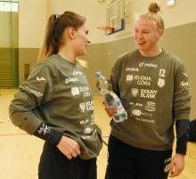 Bramkarki Natalia Filończuk (z prawej) i Karolina Szczurek odeszły z jeleniogórskiego klubu.