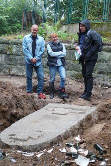 Mariusz Łojko, radny Michałowic i Anita Zając, podczas oględzin odkrycia z jeleniogórskim archeologiem.