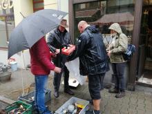 Handel starociami w deszczu