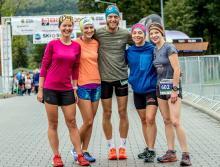 Zwycięzca alpejskiego biegu Jacek Sobas z teamem  kobiet z jego grupy, które zajęły całe podium.