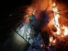 Rozpalił ognisko w środku miasta i spalał dywany
