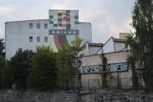 Chuligani zdemolowali budynek Aniluxu