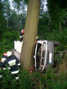 Mercedes z pieczywem wpadł do rowu w Janowicach Wlk.