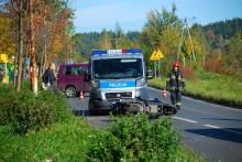 Kierowca jednośladu wjechał pod autobus