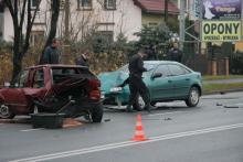 Mazda uderzyła w VW Polo. Są ranni